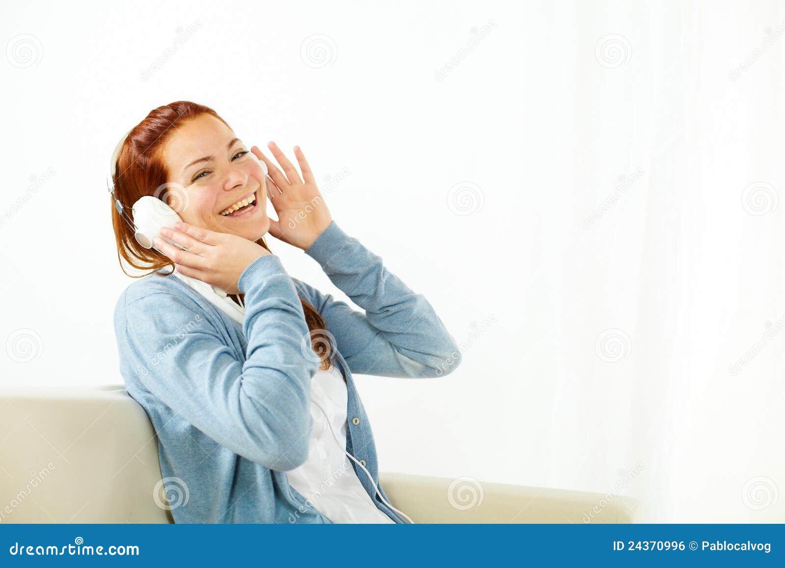 ευτυχής μουσική ακούσματος στις νεολαίες γυναικών
