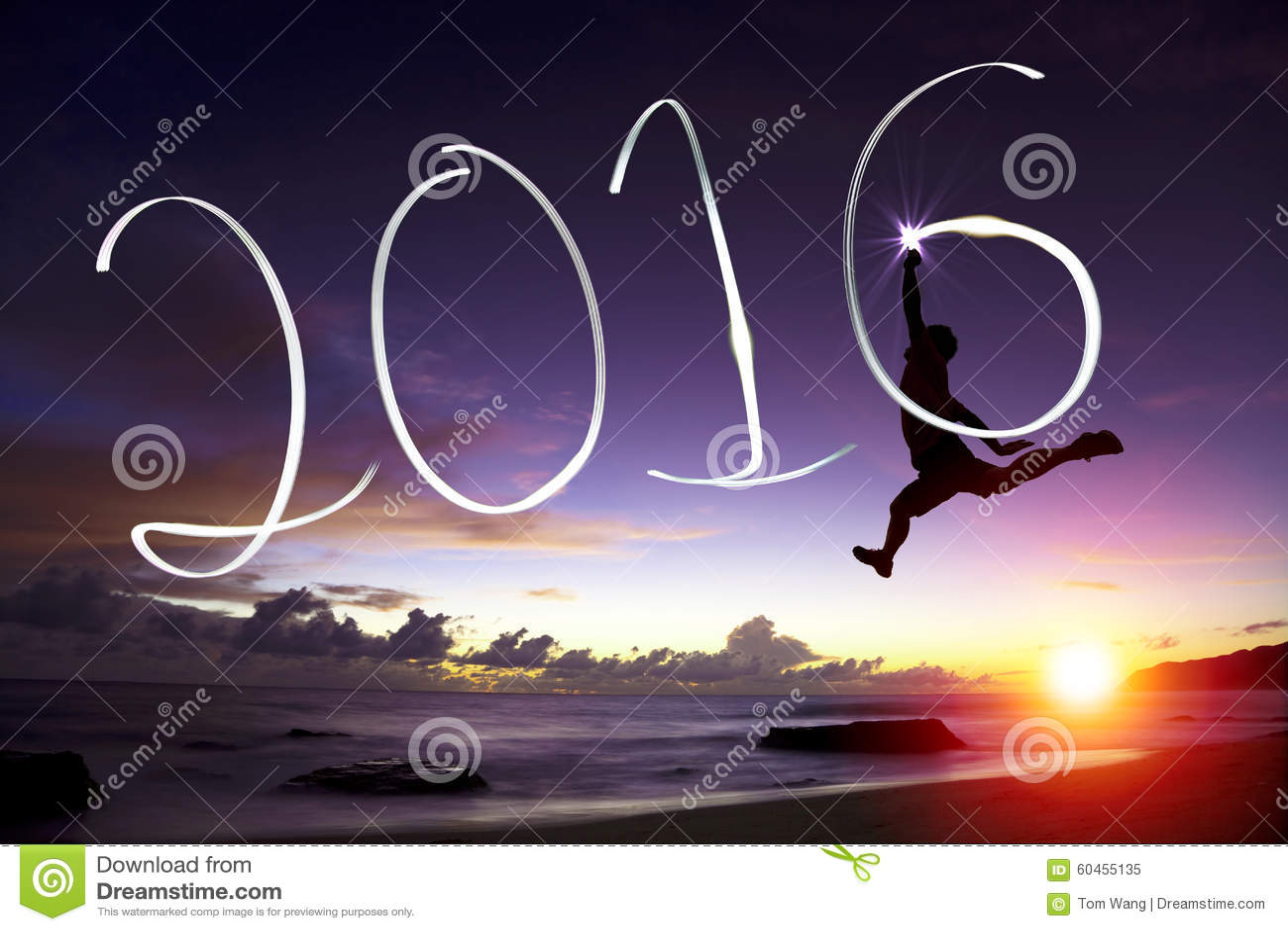 Ευτυχής νεαρός άνδρας που πηδά και που σύρει το 2016