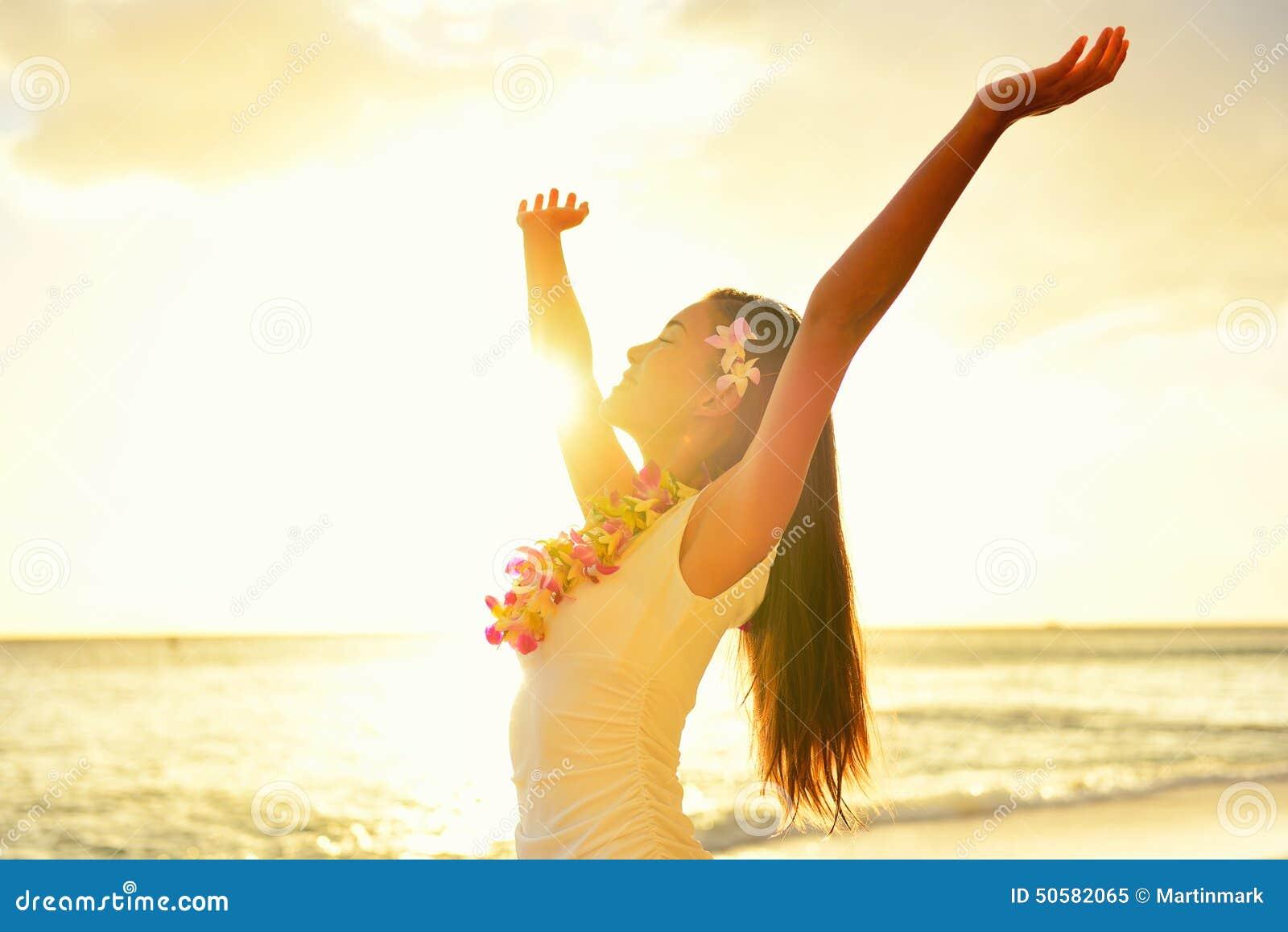 Ευτυχής ξένοιαστη γυναίκα ελεύθερη στο ηλιοβασίλεμα παραλιών της Χαβάης