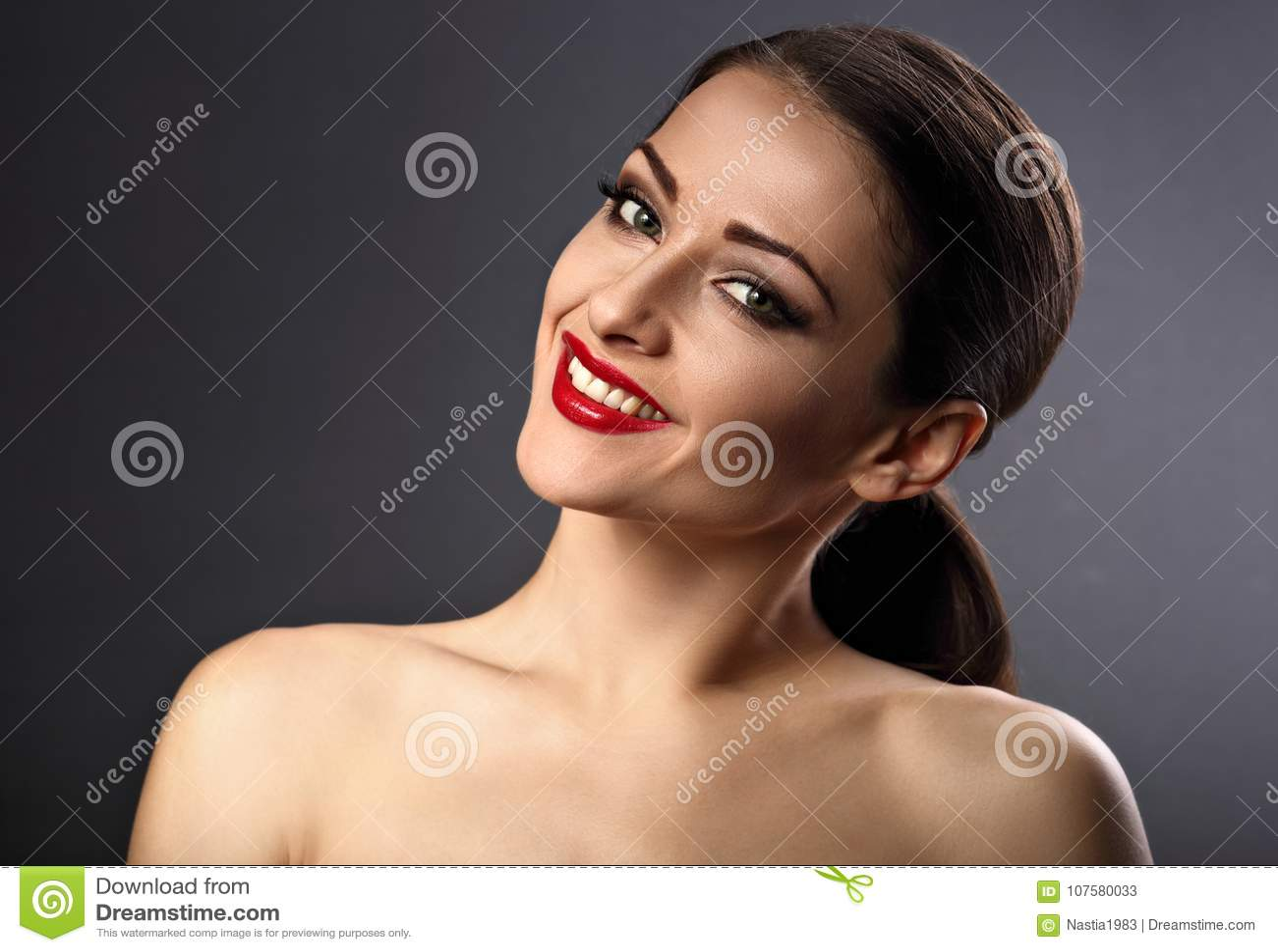 dd97fb6b7f7 Ευτυχής οδοντωτή χαμογελώντας γυναίκα ομορφιάς με το κόκκινο κραγιόν ...