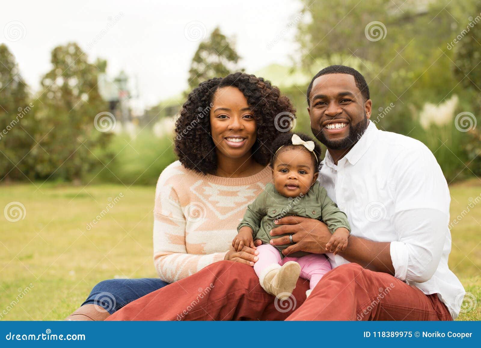 Ευτυχής οικογένεια αφροαμερικάνων με το μωρό τους Στοκ Εικόνα ... f5d13b719d0