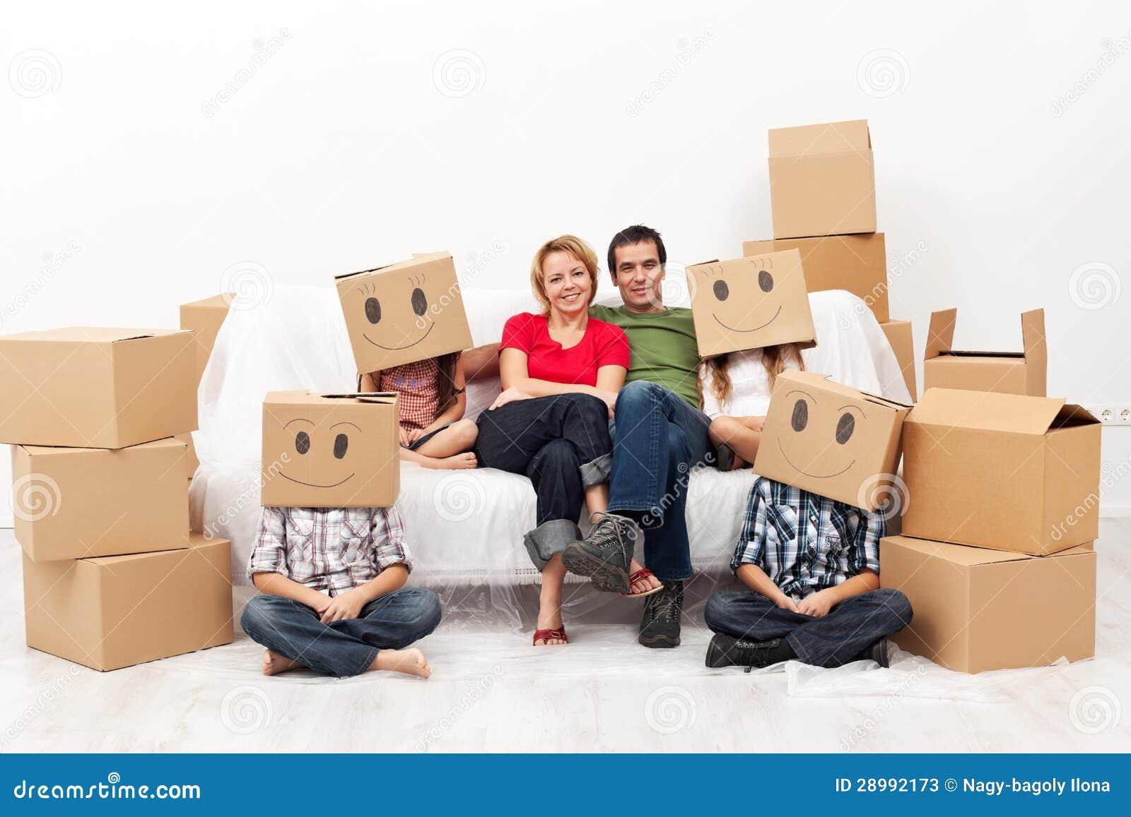 Ευτυχής οικογένεια με τέσσερα παιδιά στο νέο σπίτι τους