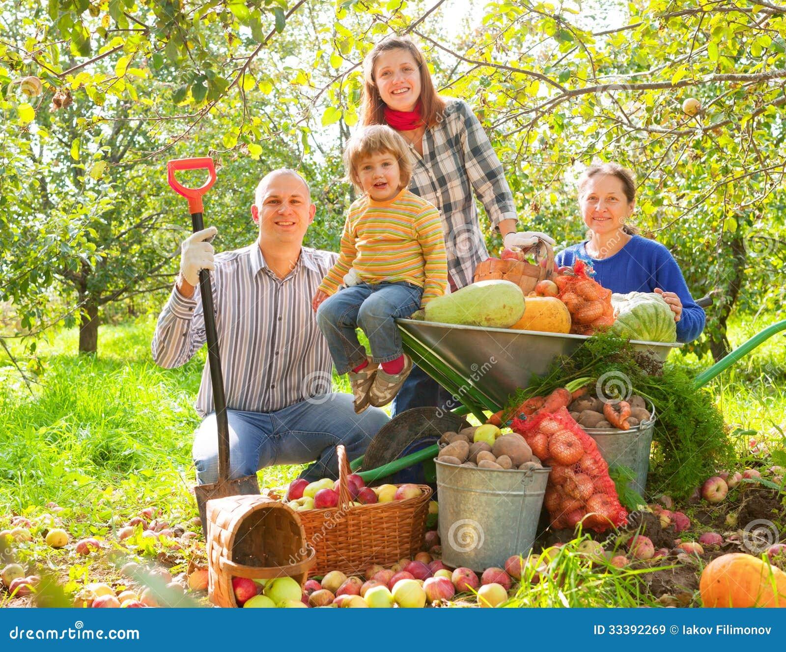 Ευτυχής οικογένεια με τη συγκομιδή
