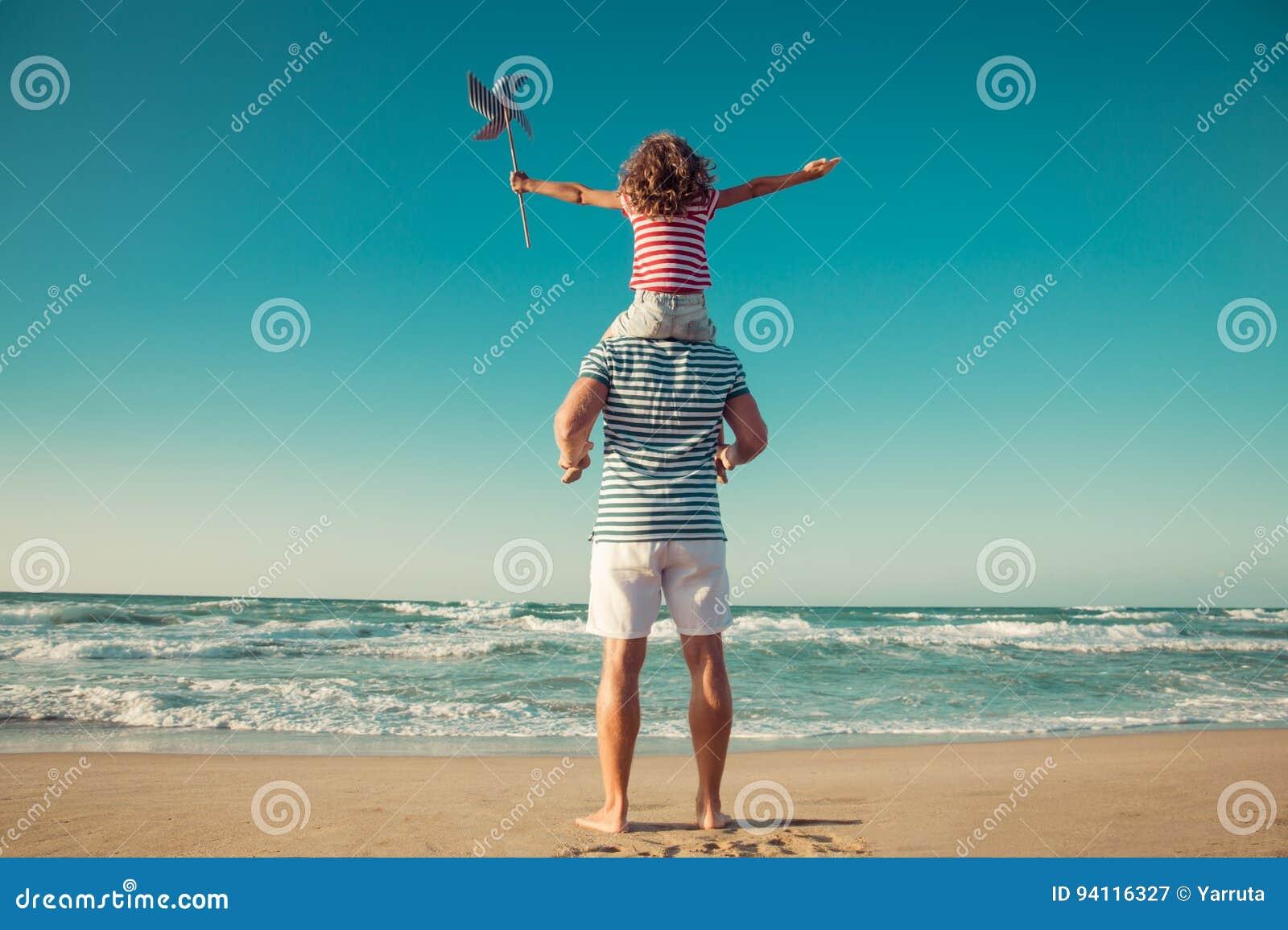 Ευτυχής οικογένεια που έχει τη διασκέδαση στις θερινές διακοπές