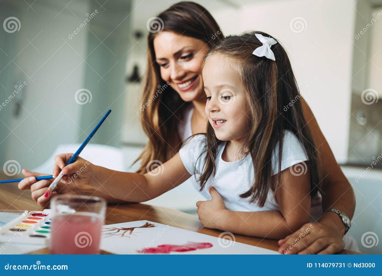 Ευτυχής οικογένεια που έχει το χρόνο διασκέδασης στο σπίτι