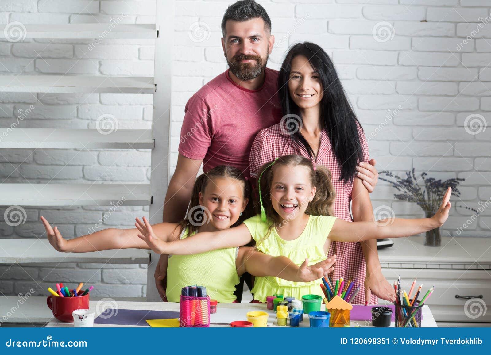 Ευτυχής οικογένεια που χαμογελά στον πίνακα με τα ζωηρόχρωμα χρώματα