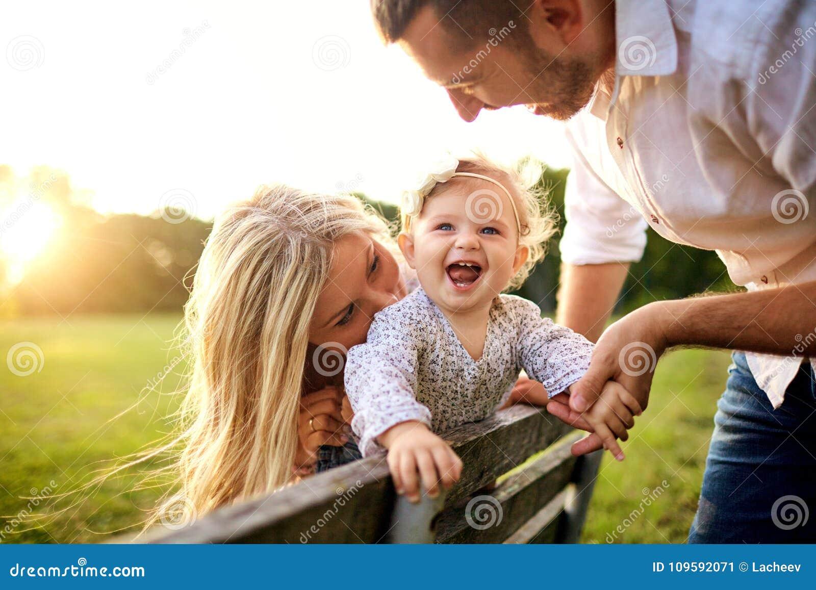 Ευτυχής οικογένεια σε ένα πάρκο το θερινό φθινόπωρο