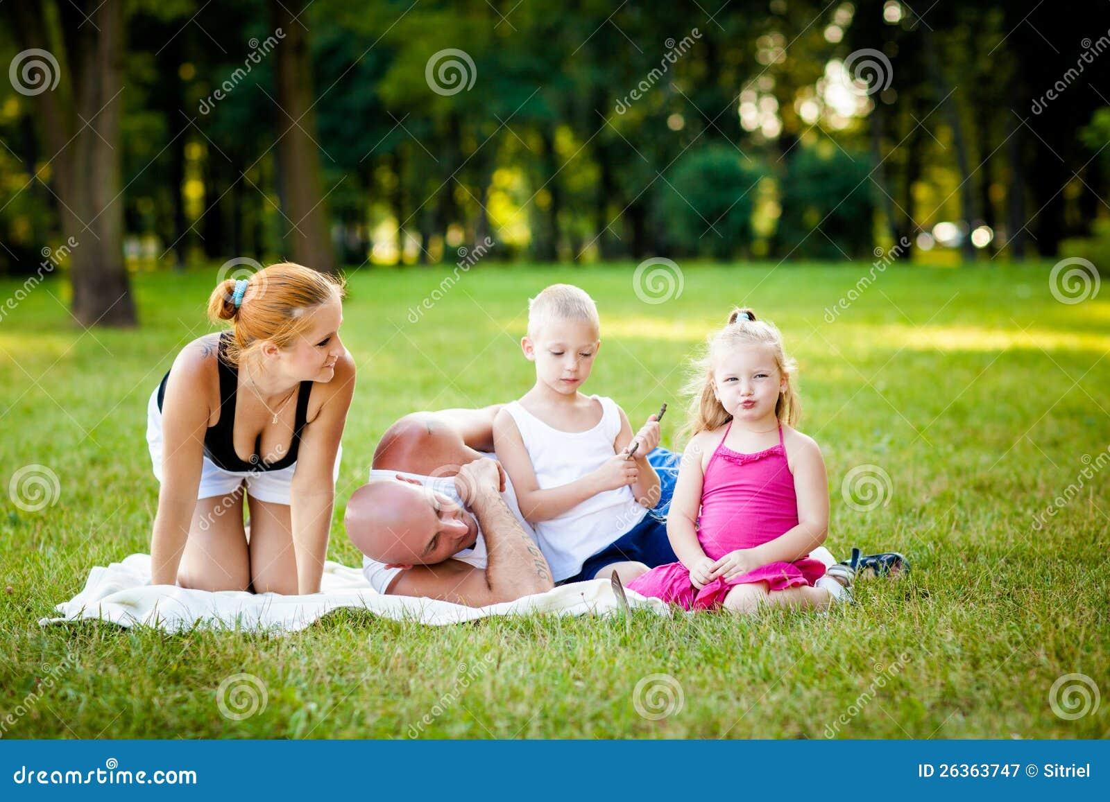 Ευτυχής οικογένεια σε ένα πάρκο