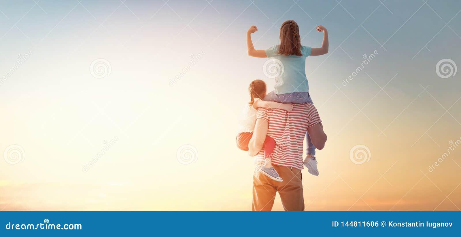 Ευτυχής οικογένεια στο ηλιοβασίλεμα