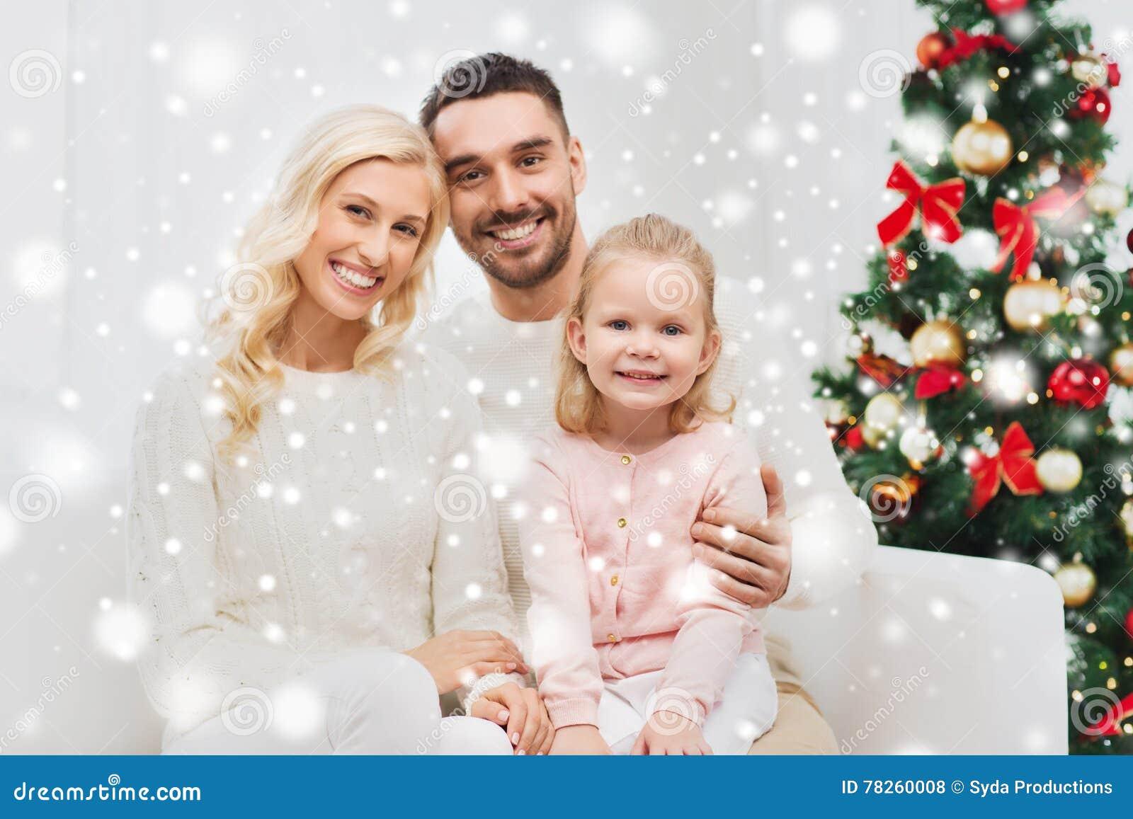 Ευτυχής οικογένεια στο σπίτι με το χριστουγεννιάτικο δέντρο