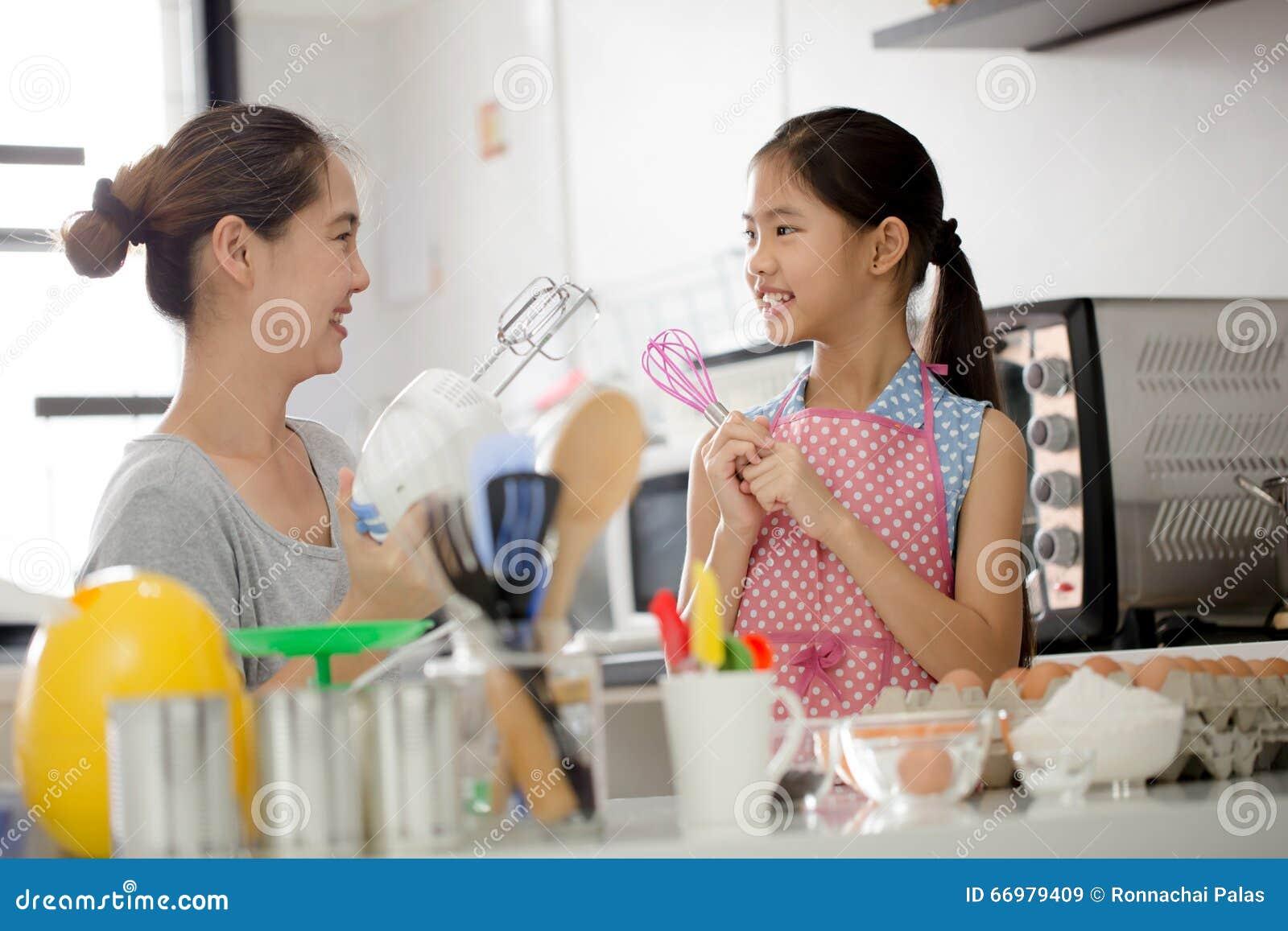 Ευτυχής οικογενειακή στιγμή στην κουζίνα