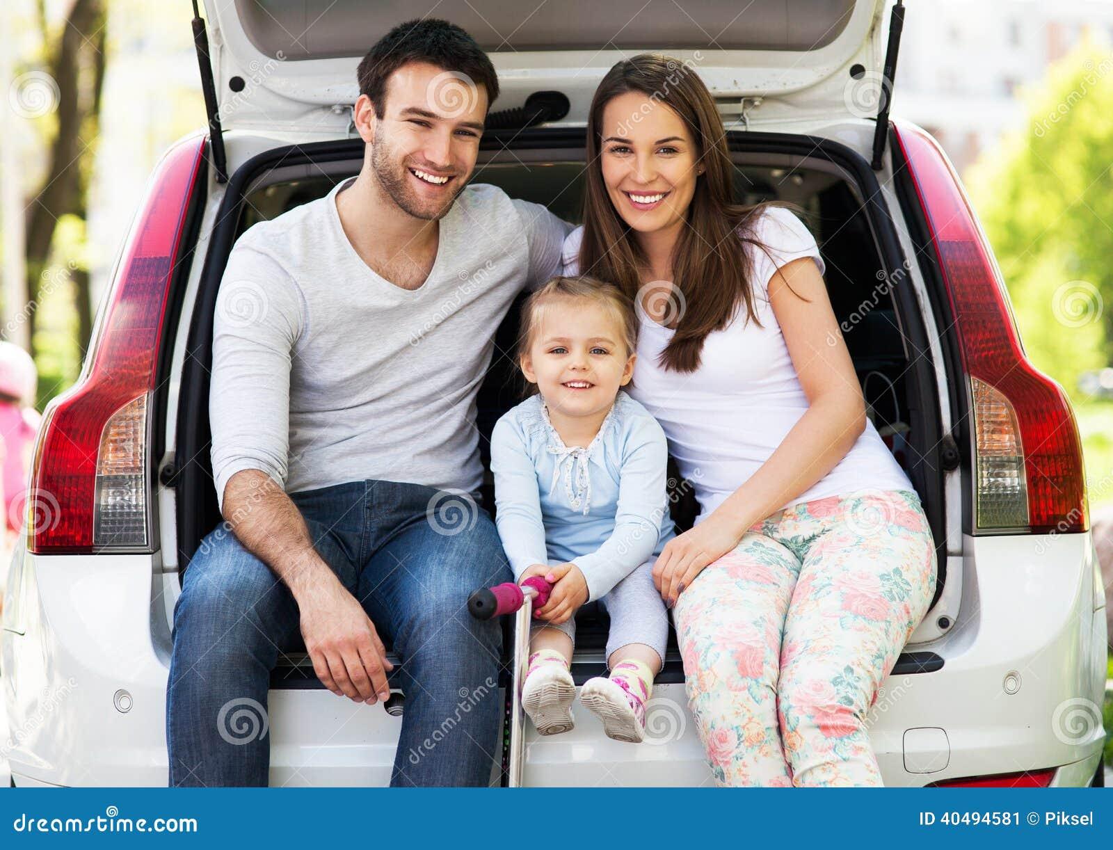 Ευτυχής οικογενειακή συνεδρίαση στο αυτοκίνητο