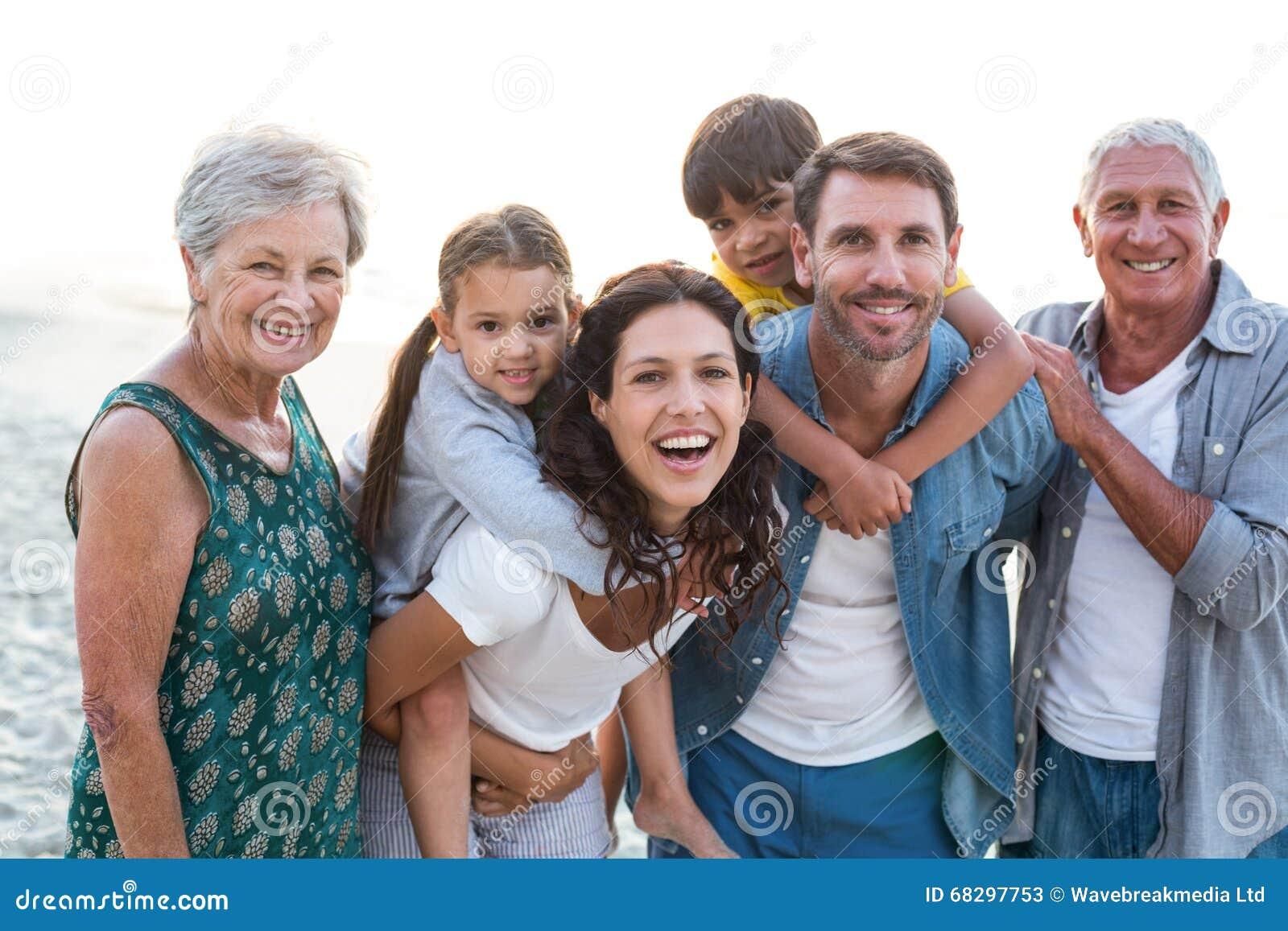 Ευτυχής οικογενειακή τοποθέτηση στην παραλία