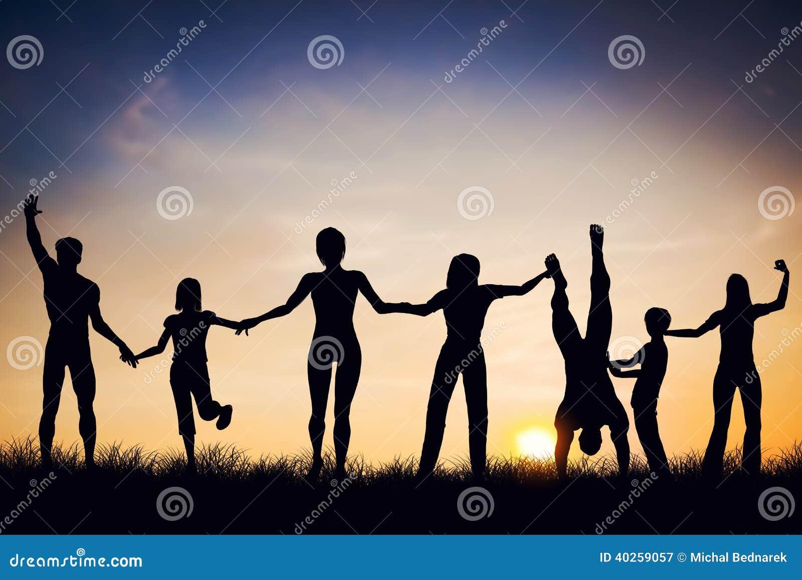 Ευτυχής ομάδα ανθρώπων, φίλοι, οικογένεια μαζί, έχοντας τη διασκέδαση