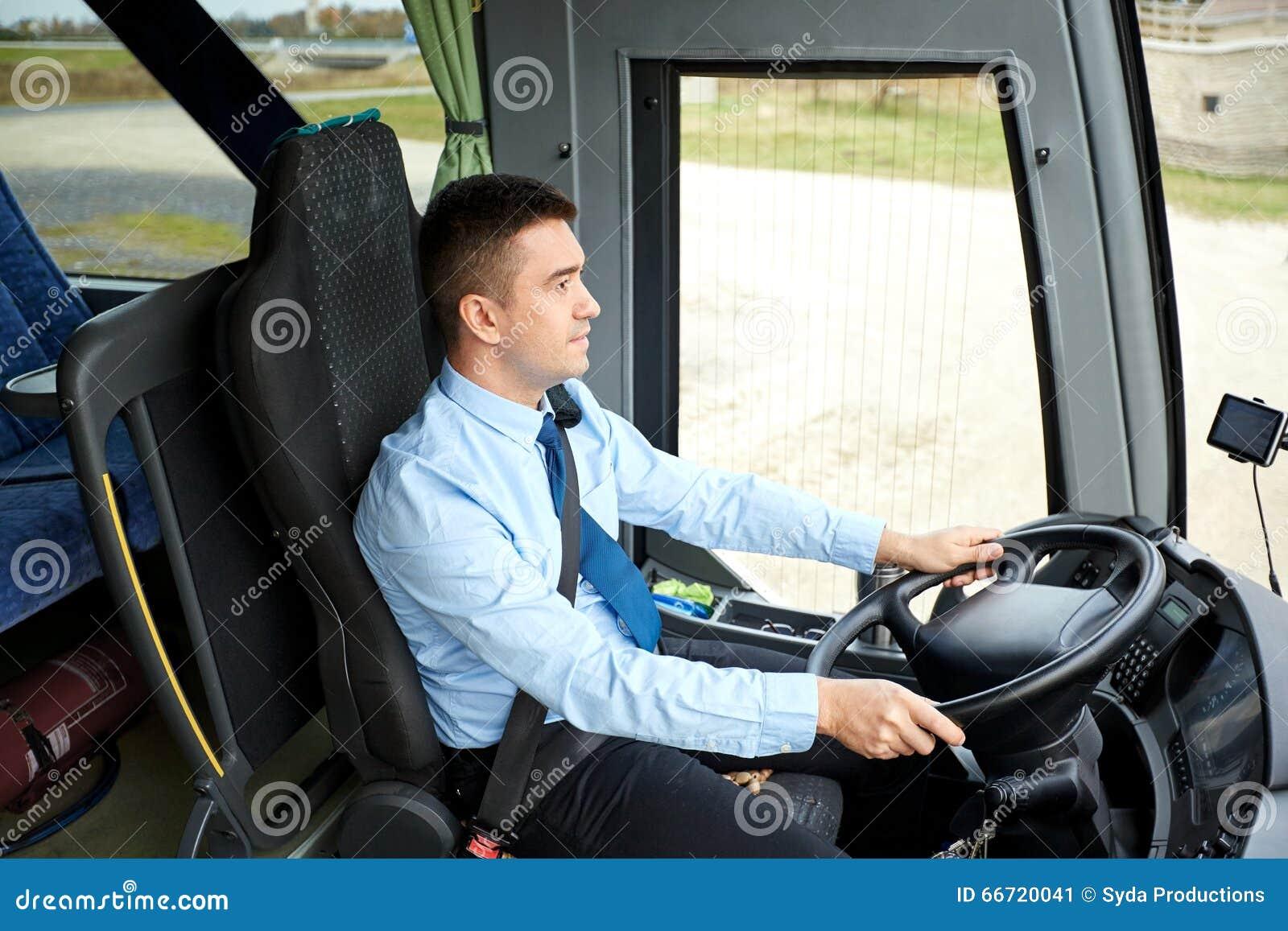 Ευτυχής οδηγός που οδηγεί το intercity λεωφορείο