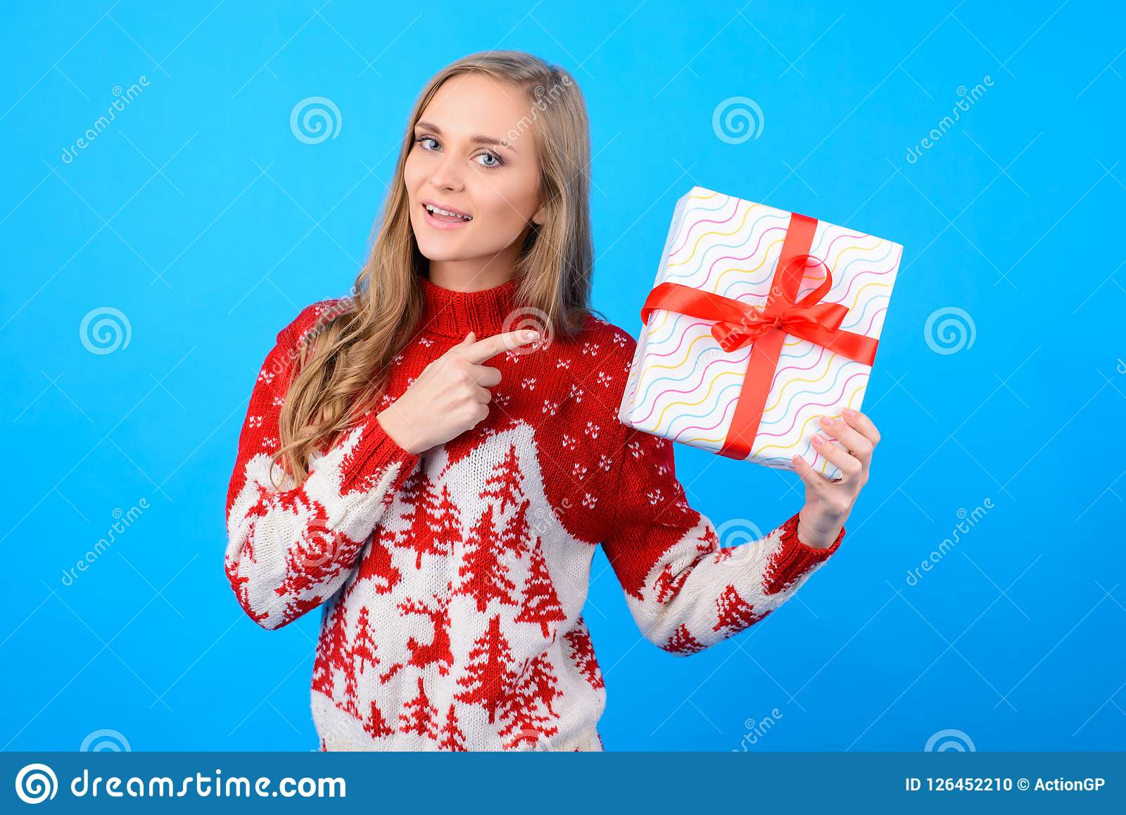 Ευτυχής στα προ-Χριστούγεννα η κυρία διάθεσης επιλέγει ένα παρόν για το W