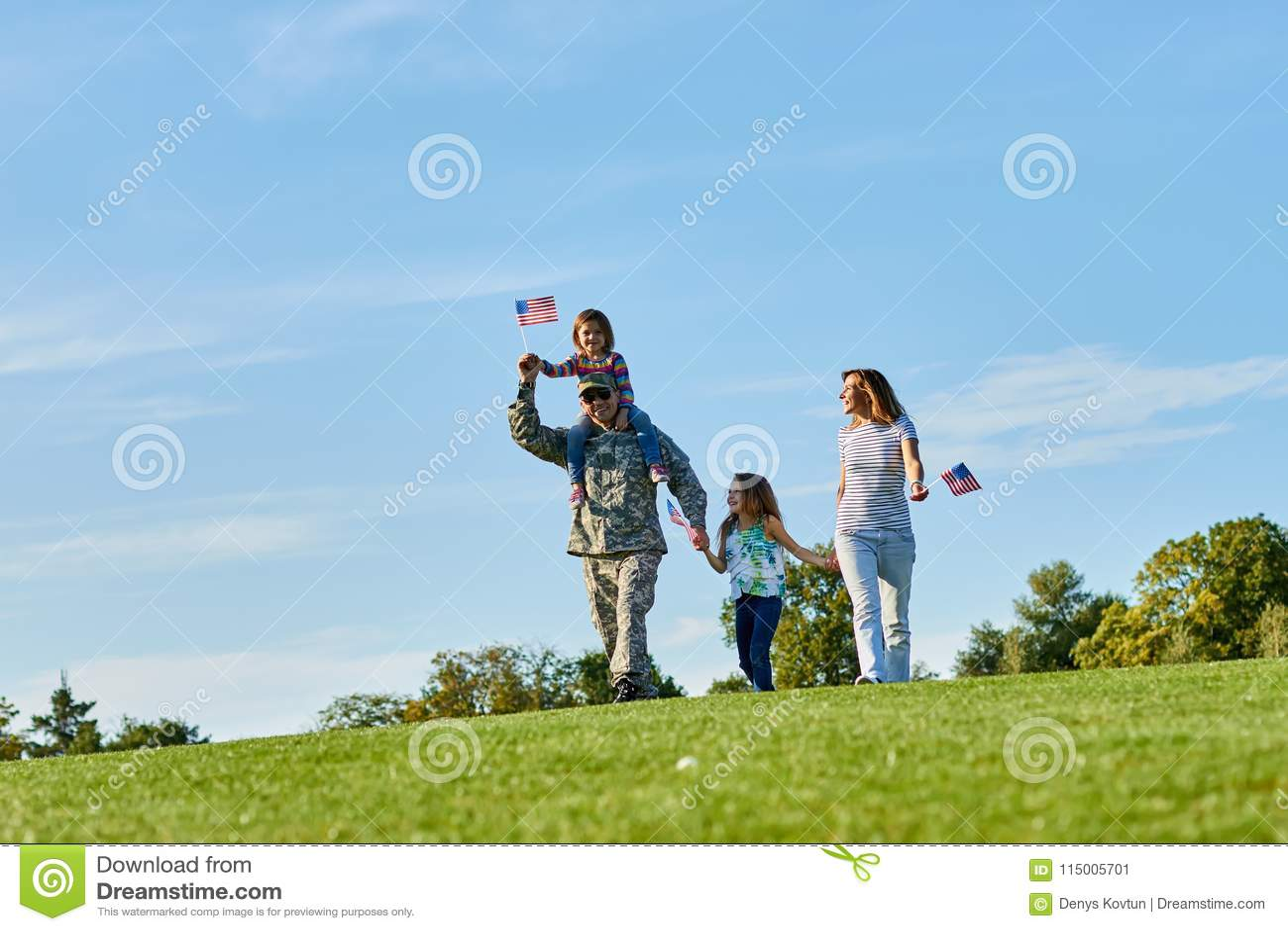 Ευτυχής στρατιώτης με την οικογένεια υπαίθρια