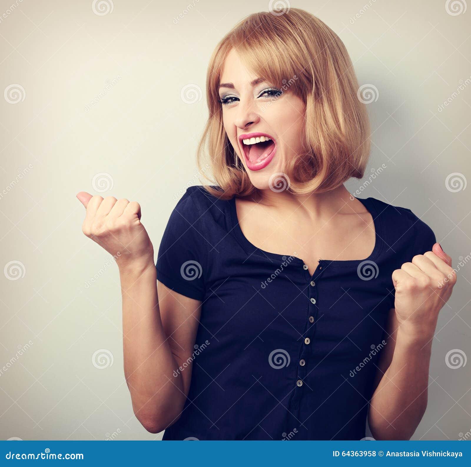 Ευτυχής συγκινημένη γυναίκα νικητών με το ανοιγμένο στόμα Ευτυχείς ξανθές νεολαίες