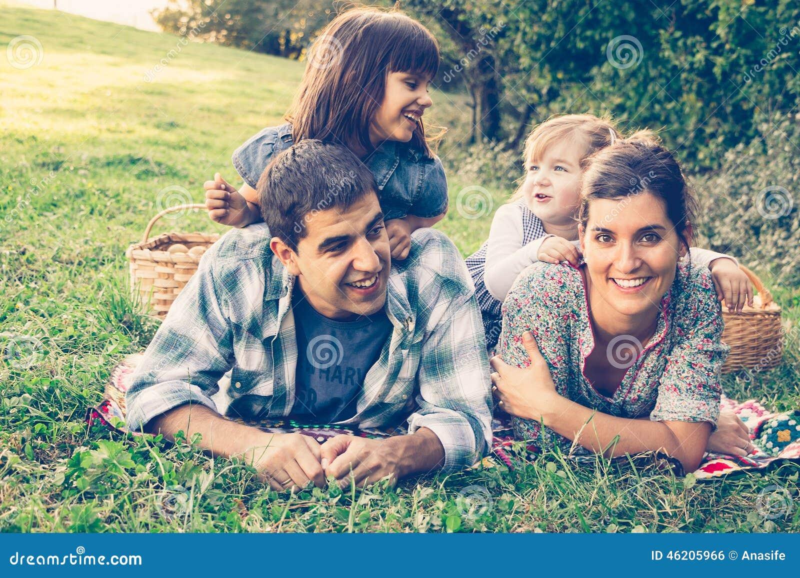 Ευτυχής τετραμελής οικογένεια που βρίσκεται στη χλόη το φθινόπωρο