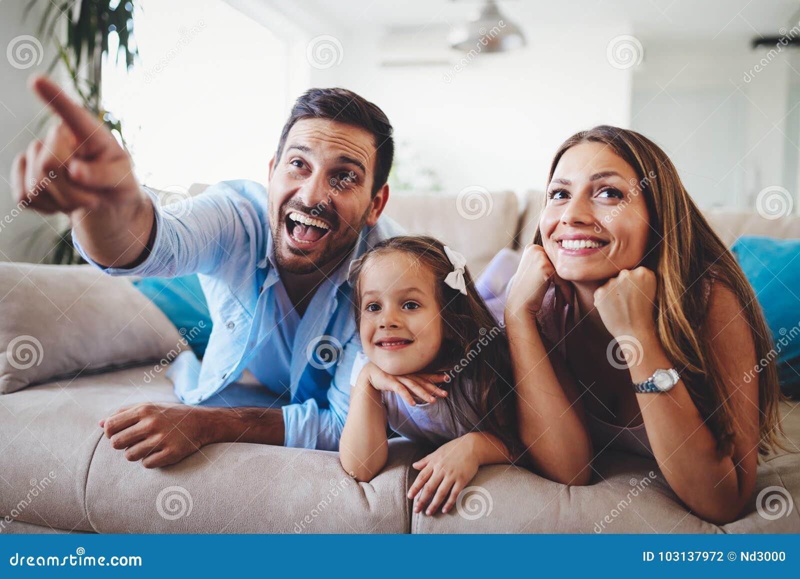 Ευτυχής τηλεόραση οικογενειακής προσοχής στο σπίτι τους