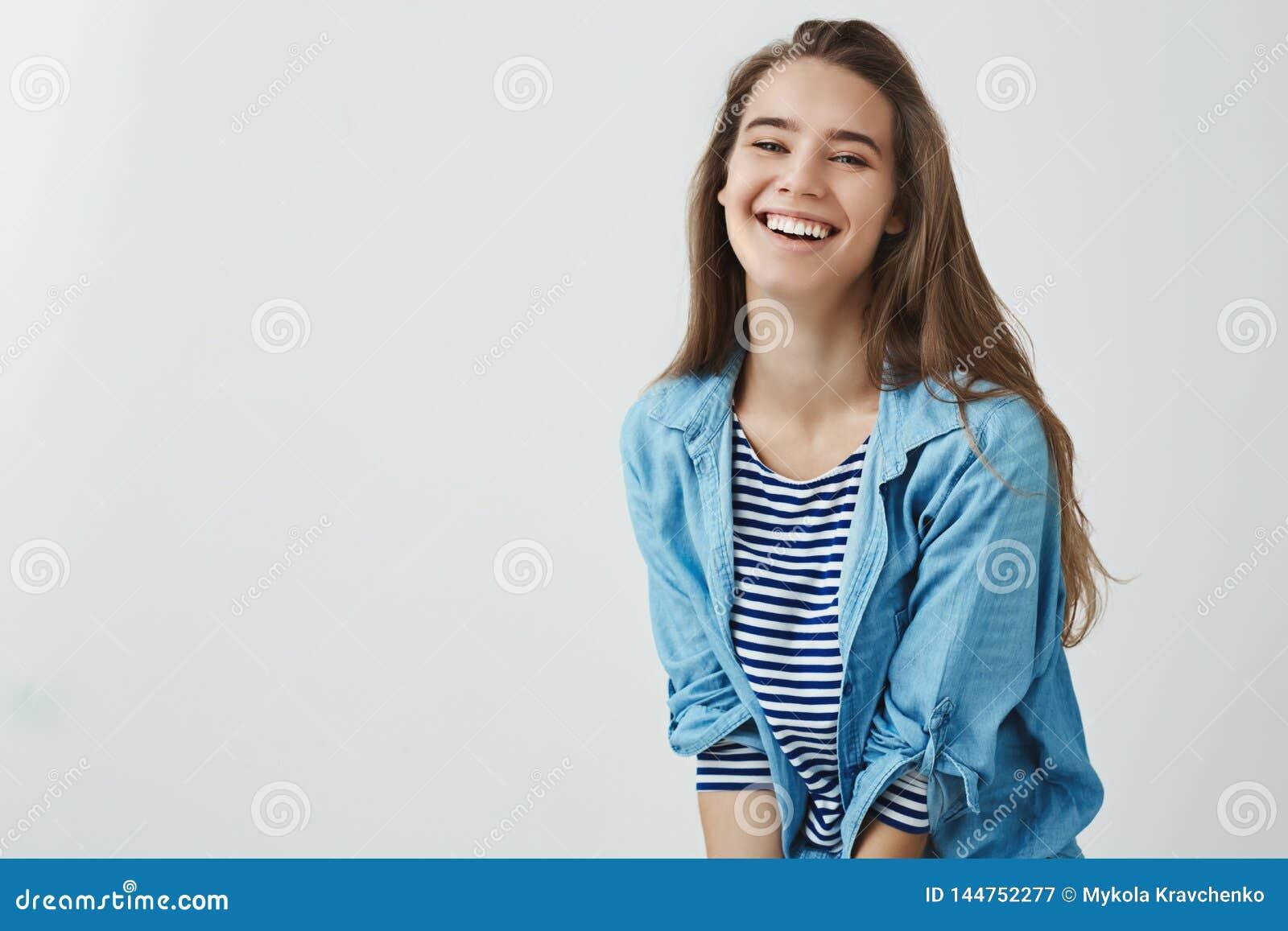 Ευτυχής τρόπος ζωής, έννοια ευημερίας Γοητείας ξένοιαστος χαμόγελου ε