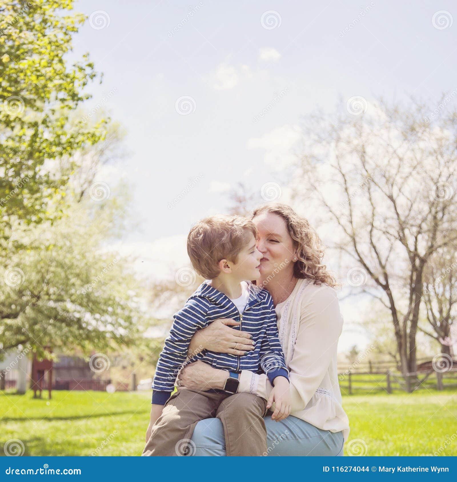 b6d4bf0d7ce Χαμογελώντας αγόρι τετράχρονων παιδιών που παίρνει τα αγκαλιάσματα και τα  φιλιά από τη γιαγιά στο πάρκο Οικογενειακή αγάπη