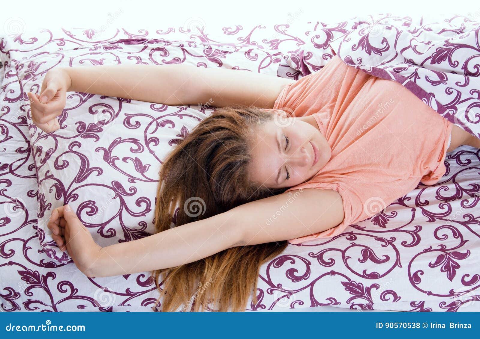 ευτυχής χαμογελώντας τις ξυπνώντας νεολαίες γυναικών