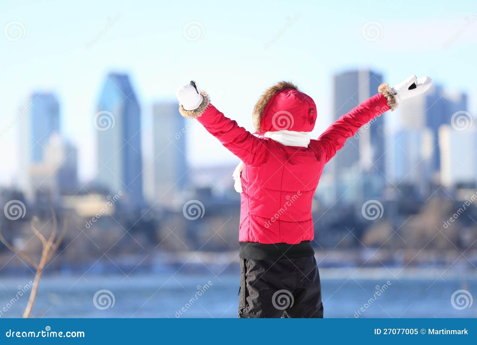 Ευτυχής χειμερινή γυναίκα στην πόλη