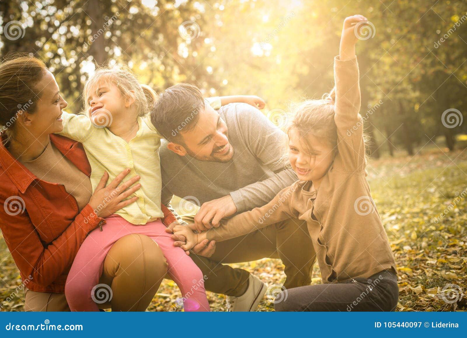 Ευτυχής χρόνος οικογενειακών εξόδων μαζί υπαίθρια