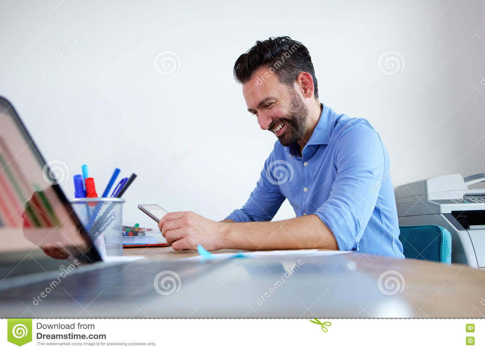 Ευτυχής ώριμη συνεδρίαση επιχειρησιακών ατόμων στο γραφείο του και χρησιμοποίηση της ψηφιακής ταμπλέτας