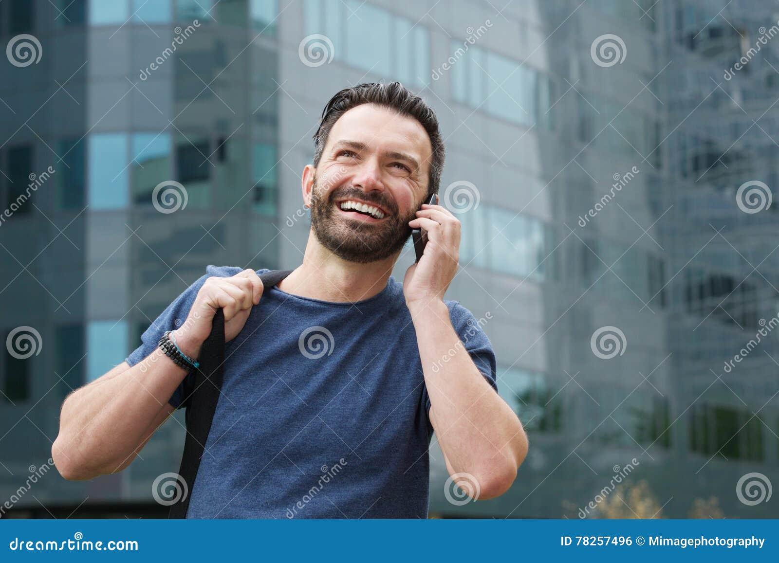 Ευτυχής ώριμος τύπος που μιλά στο τηλέφωνο κυττάρων