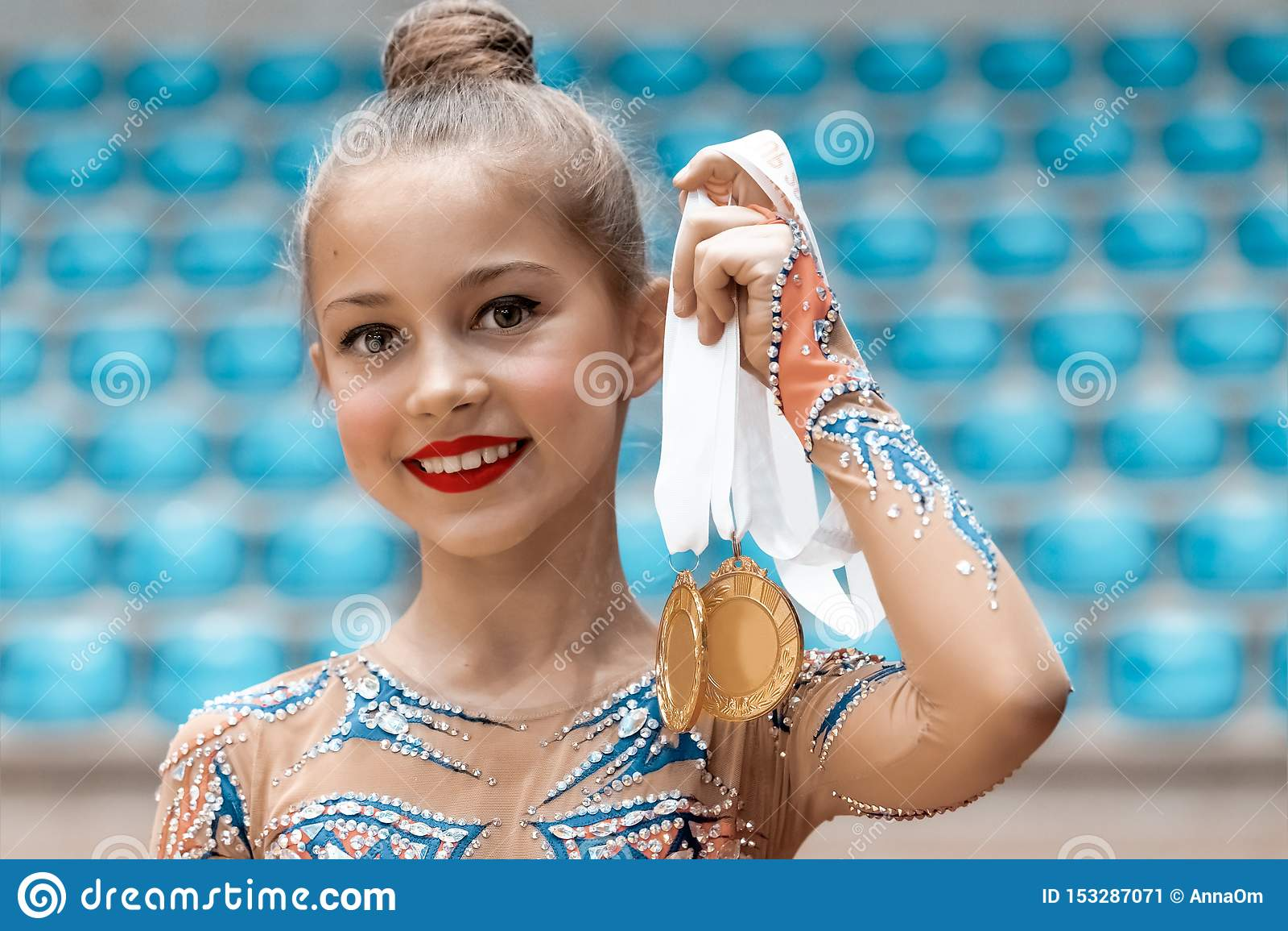 Ευτυχής gymnast έλαβε ένα χρυσό μετάλλιο
