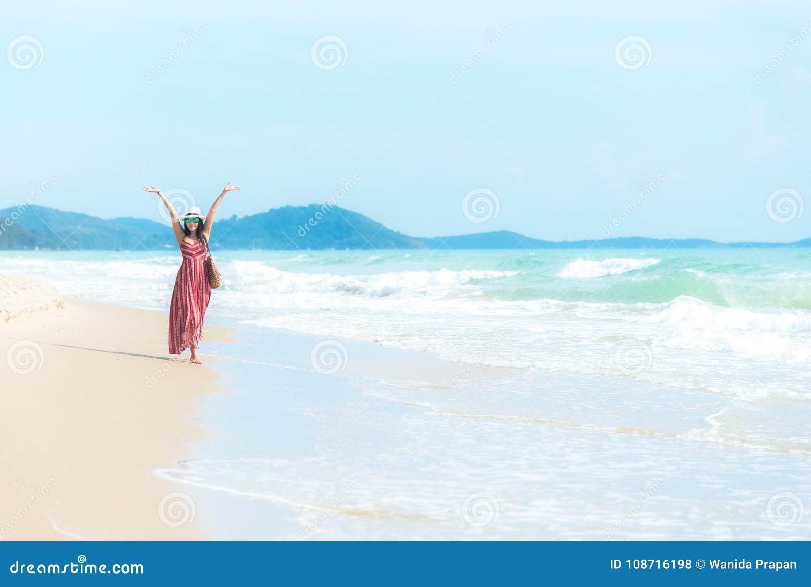 Ευτυχή διακοπές και καλοκαίρι Χαμογελώντας ασιατική γυναίκα που φορά το καλοκαίρι μόδας