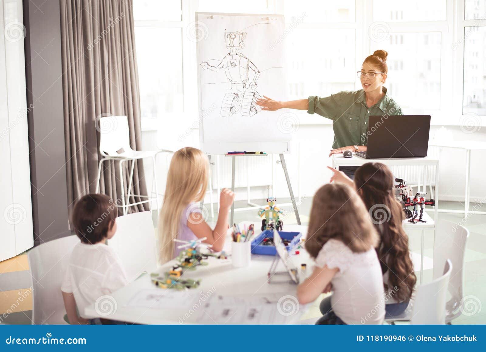 Ευτυχή λέγοντας παιδιά γυναικών πώς κάνοντας το παιχνίδι