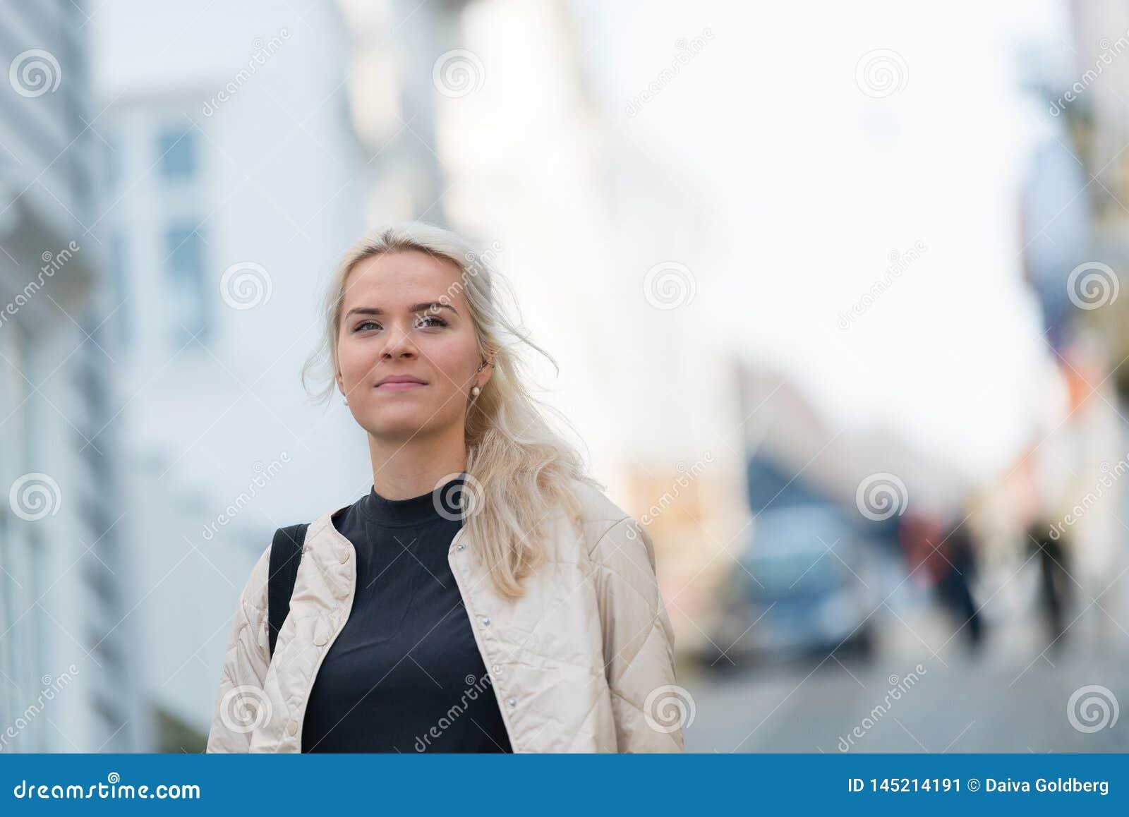 Ευτυχή νέα πορτρέτα γυναικών στην πόλη