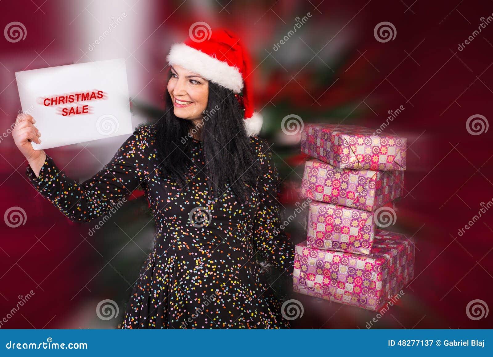 Ευτυχή δώρα Χριστουγέννων αγορών γυναικών