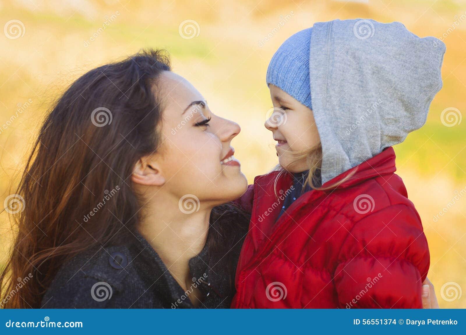 Download Ευτυχή Mum και κοριτσάκι που περπατούν στην παραλία το φθινόπωρο Στοκ Εικόνες - εικόνα από έξω, κατσίκι: 56551374