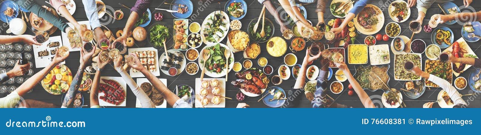 Ευτυχία φίλων που απολαμβάνει Dinning που τρώει την έννοια