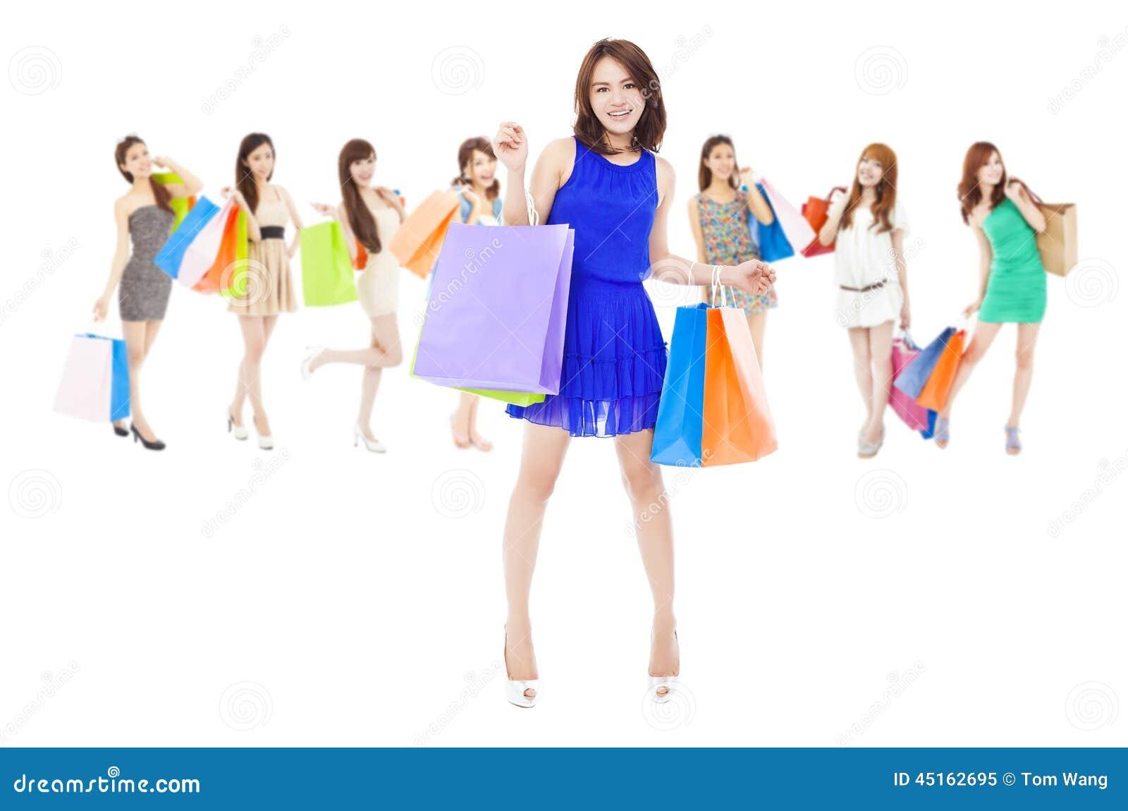 Ευτυχείς ασιατικές ψωνίζοντας γυναίκες που κρατούν τις τσάντες χρώματος