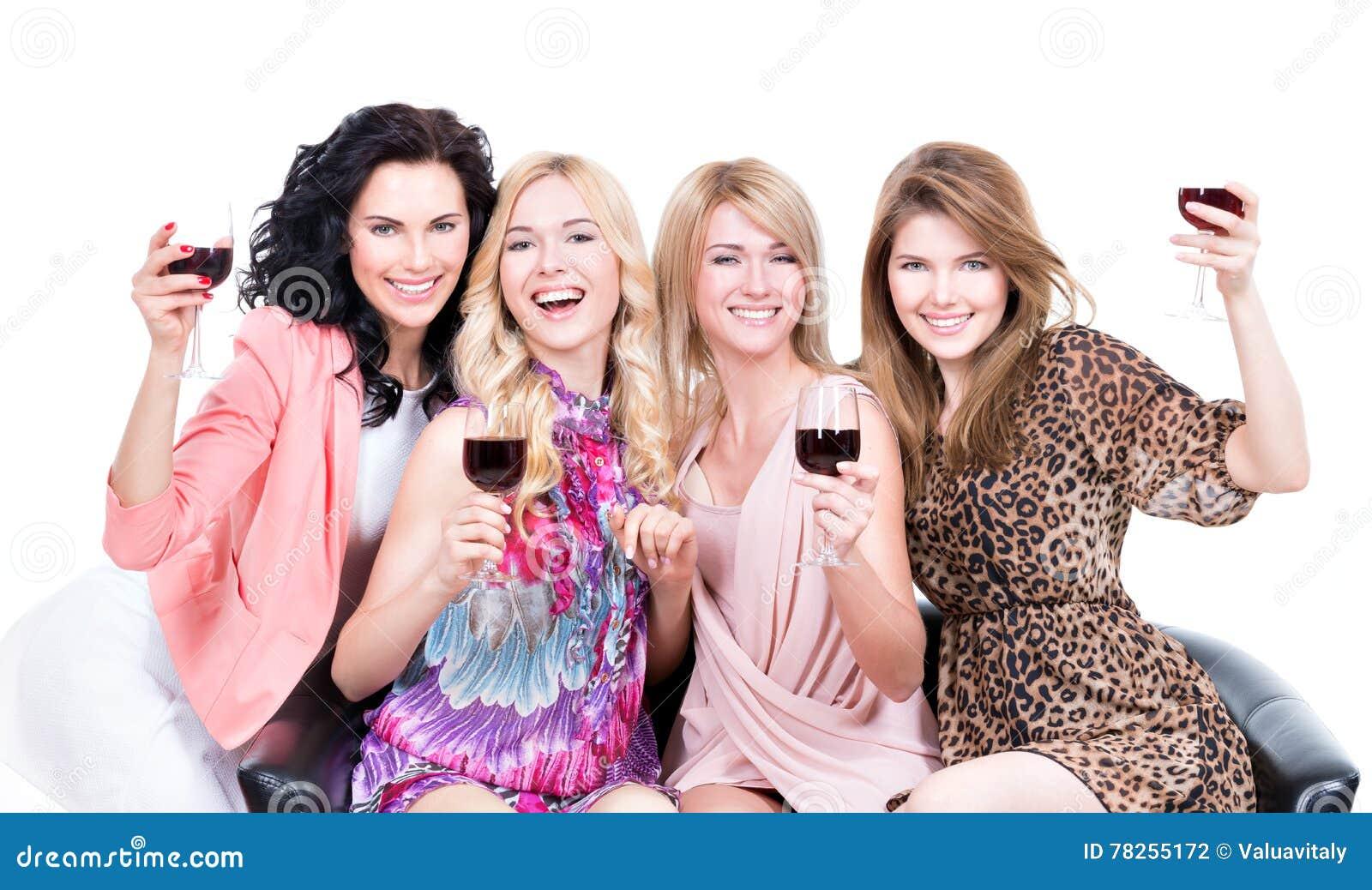 Ευτυχείς γυναίκες με τα ποτήρια του κρασιού