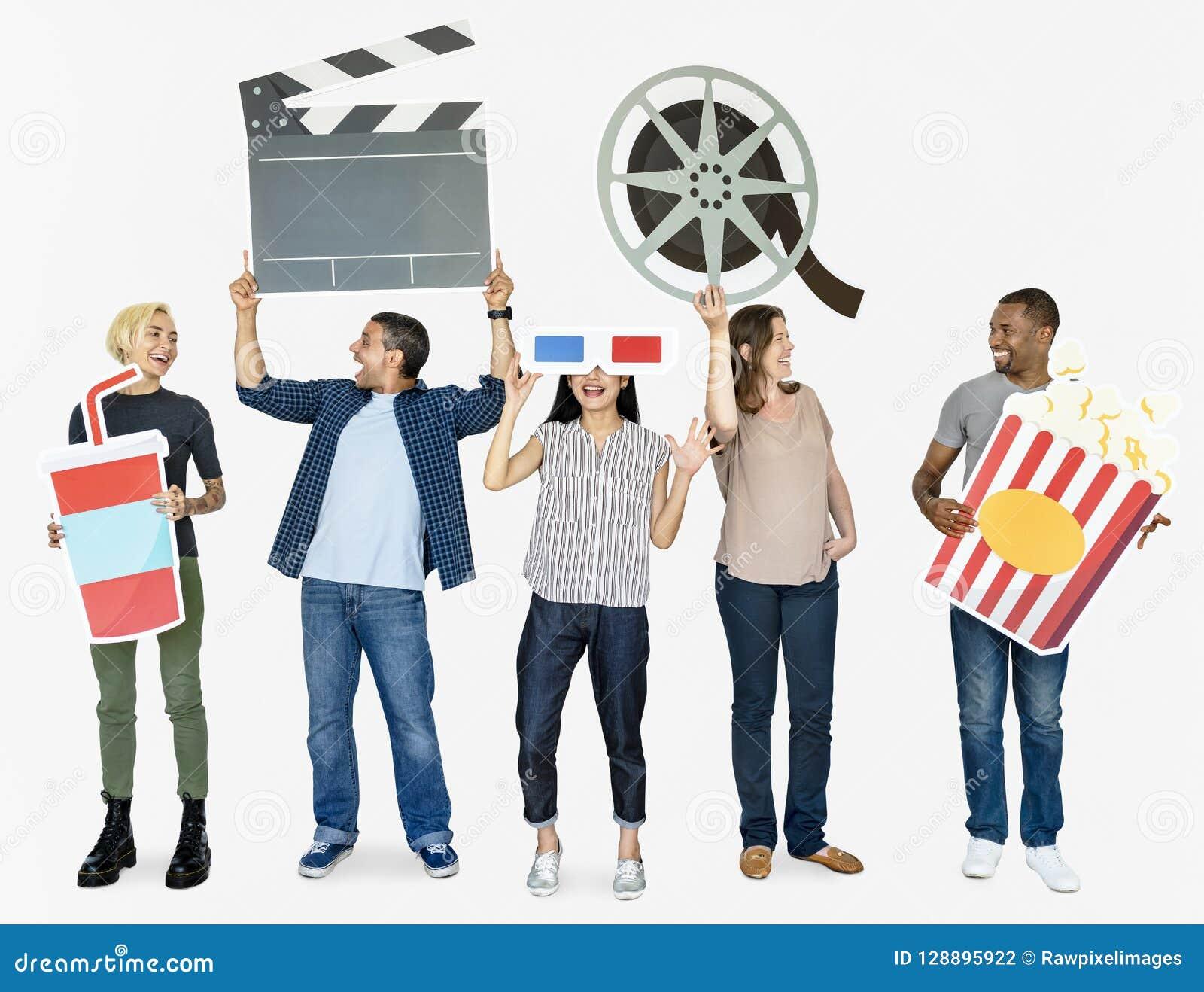 Ευτυχείς διαφορετικοί άνθρωποι που κρατούν τα εικονίδια κινηματογράφων