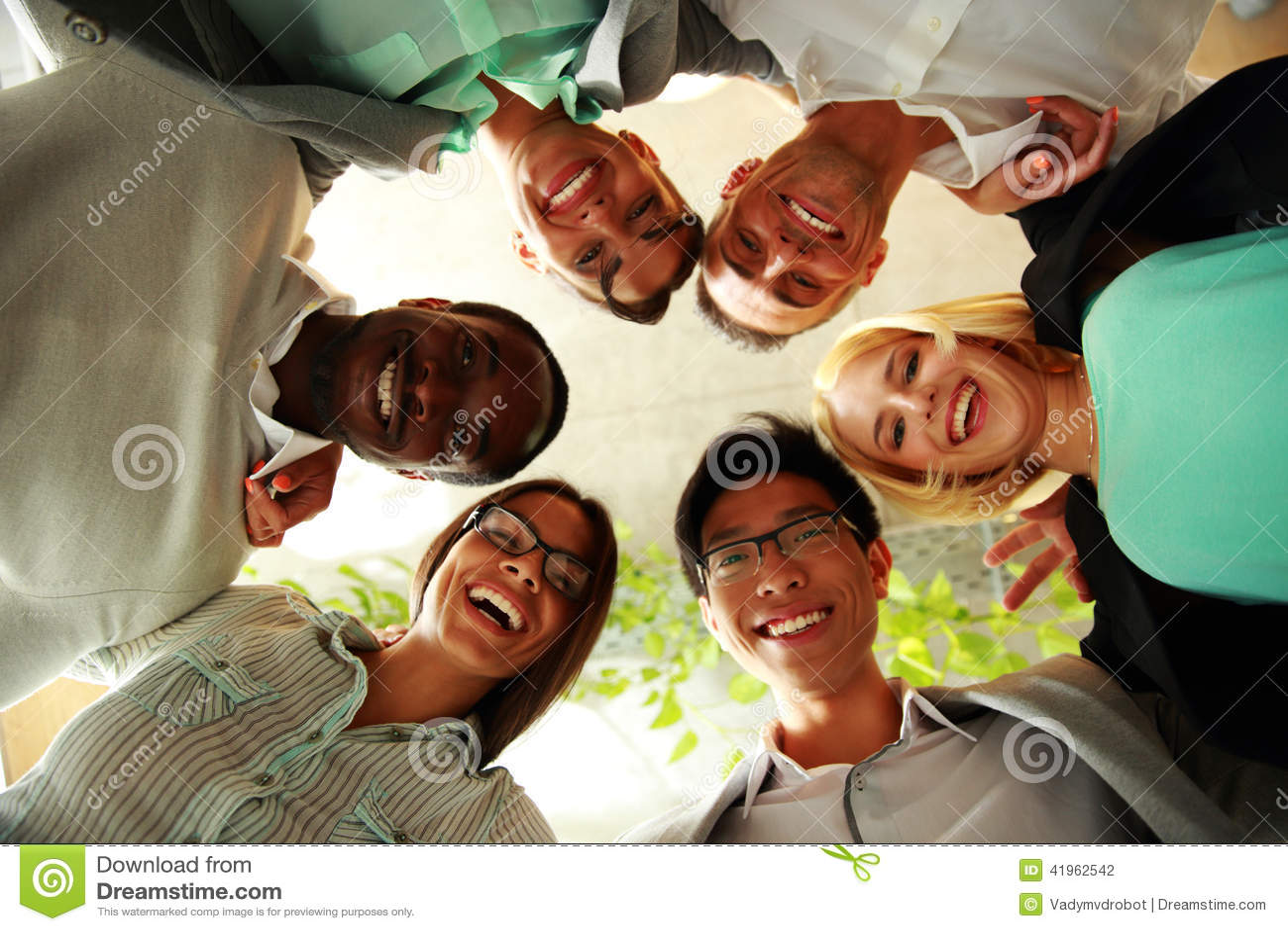 Ευτυχείς επιχειρηματίες με τα κεφάλια τους από κοινού