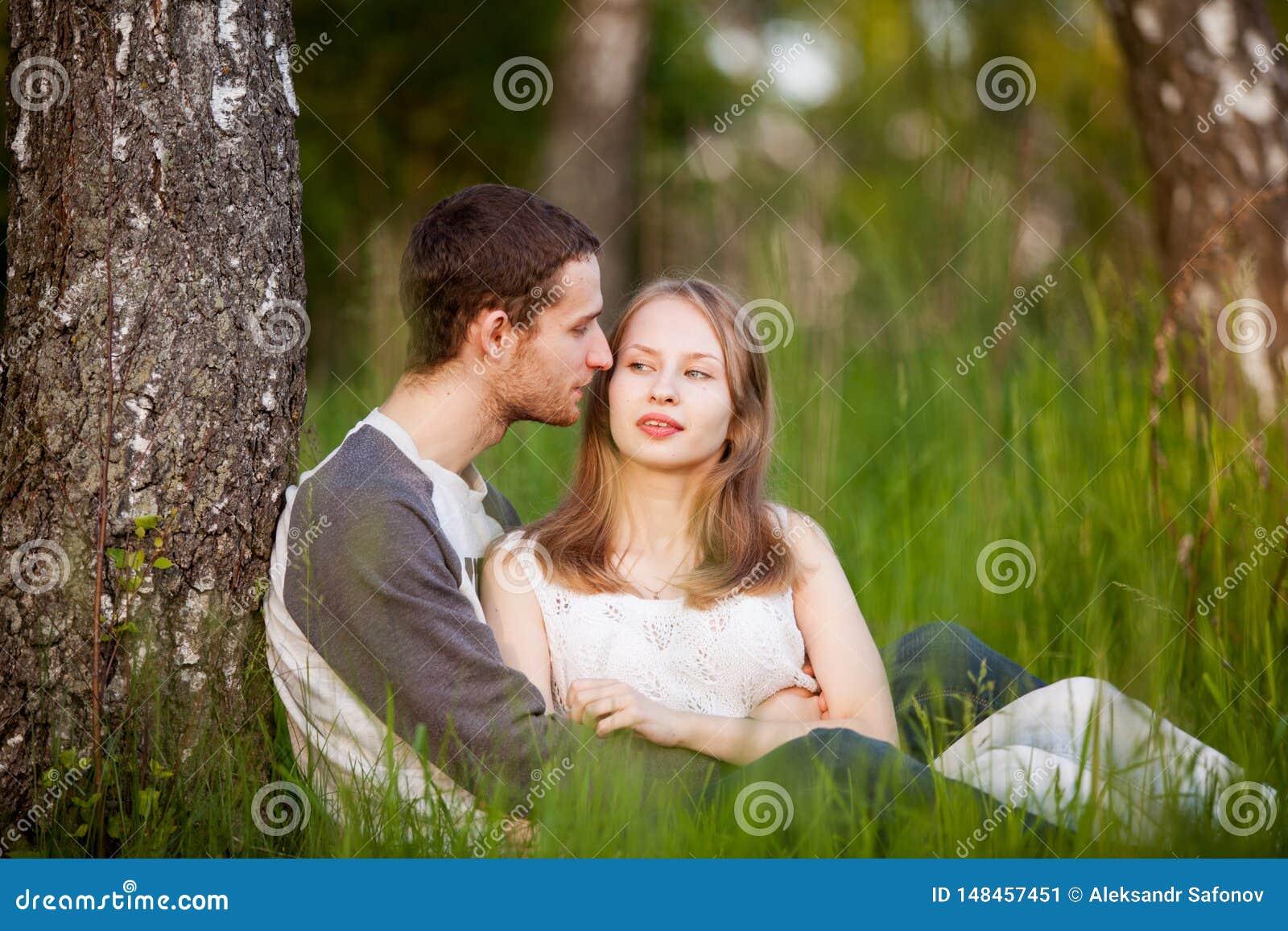 Ευτυχείς εραστές που αγκαλιάζουν στο άλσος σημύδων