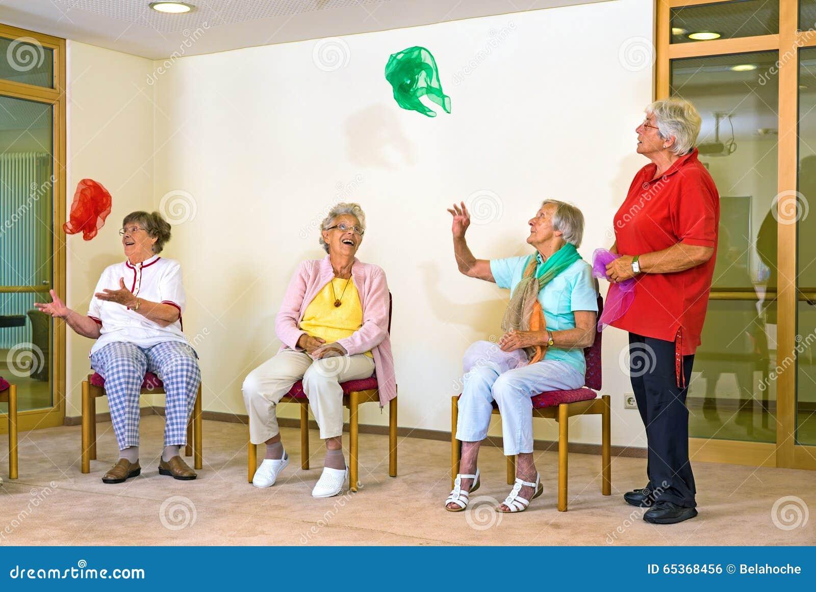 Ευτυχείς ηλικιωμένες κυρίες σε μια γυμναστική