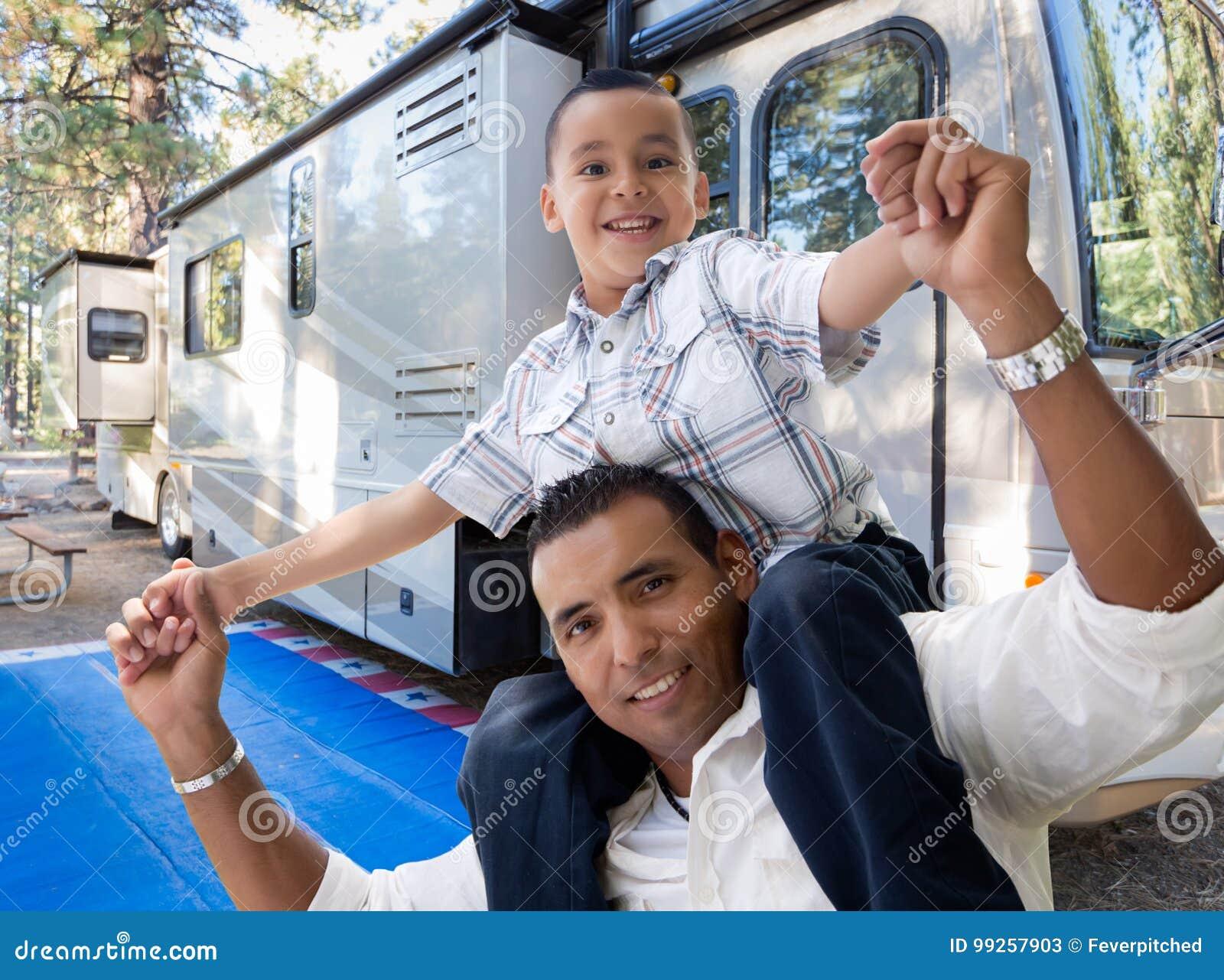 Ευτυχείς ισπανικοί πατέρας και γιος μπροστά από το όμορφο rv τους