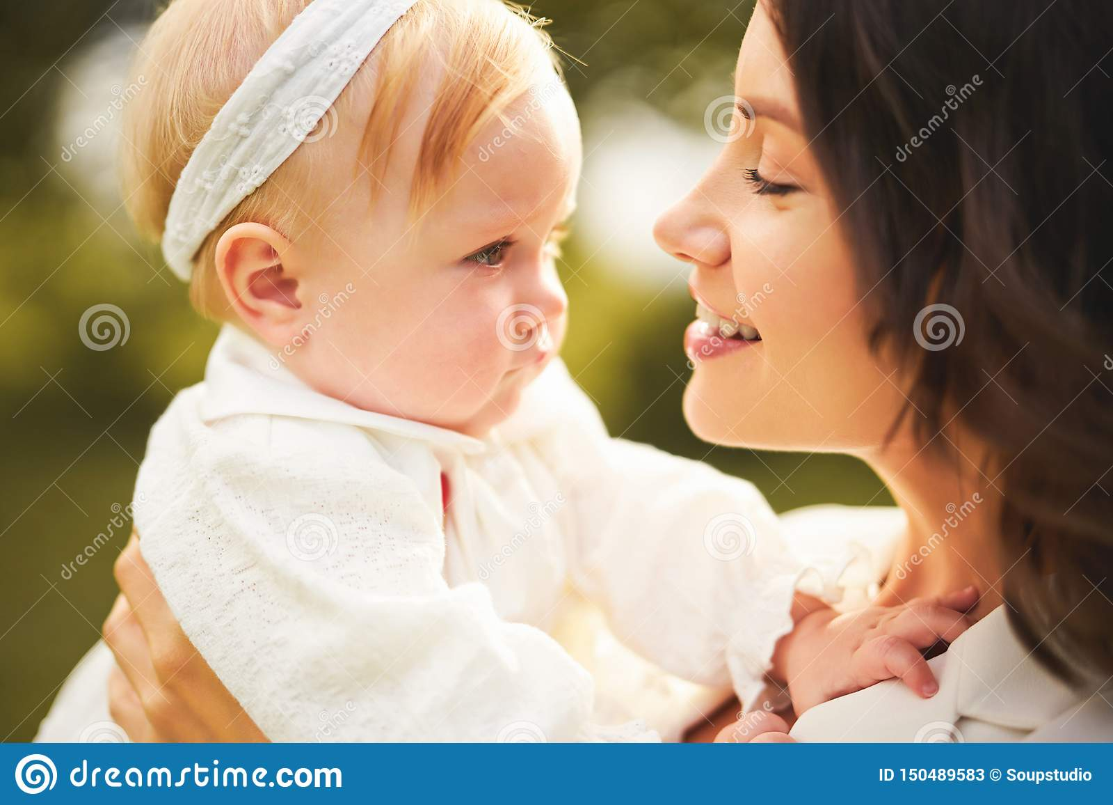 Ευτυχείς μητέρα και κόρη