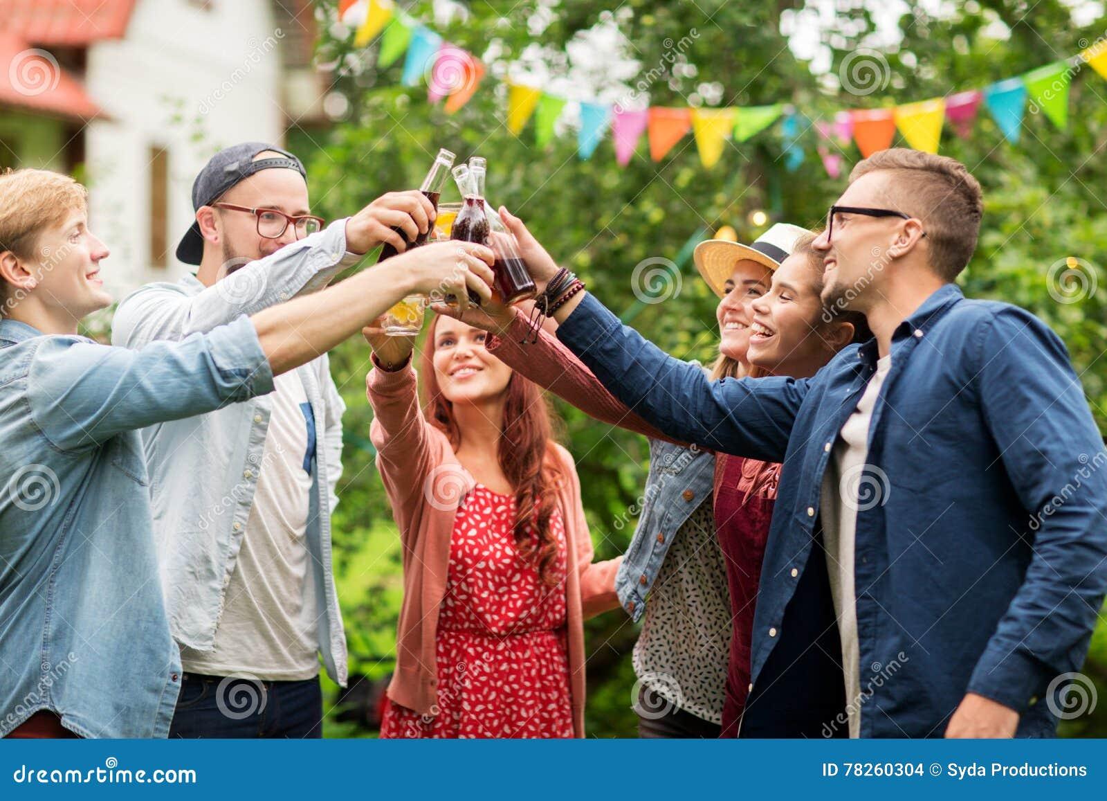 Ευτυχείς φίλοι που τα γυαλιά στο θερινό κήπο