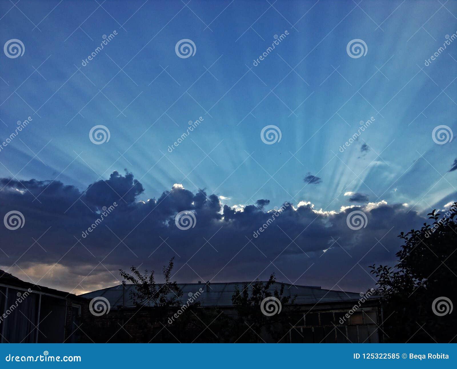 ευχάριστη όψη Σκοτεινά σύννεφα και ηλιοβασίλεμα