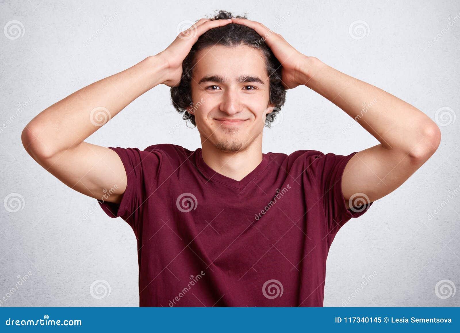 Ευχάριστο να φανεί ευχαριστημένος έφηβος που είναι στην καλή διάθεση μετά από το επιτυχές παιχνίδι, λαμβάνει τη νίκη και ο θρίαμβ