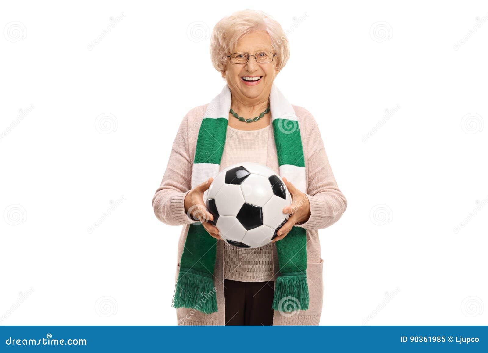 Ευχαριστημένος ανώτερος ανεμιστήρας ποδοσφαίρου με ένα μαντίλι και ένα ποδόσφαιρο